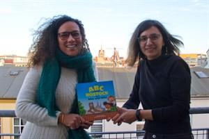"""Juliane Dieckmann und Iryna Kazak mit ihrem Buch """"Im ABC durch Rostock mit Max und Mila"""""""