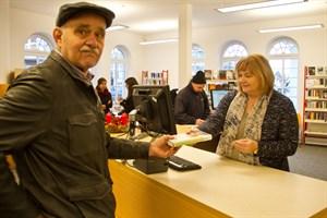 Nach der Sanierung der Lesehalle kommt der Warnemünder Peter Bastian wieder regelmäßig in die Bibliothek, um sich Neuerscheinungen auszuleihen.