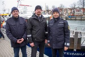 Die Crew der Steinbutt von der Fischereisaufsicht in Warnemünde: Maschinist Matthias Holznagel, Jens Fink und Christian Kupfer