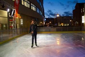 Alexander gehört zu den ersten Schlittschuhläufern auf der Eisbahn vor dem OSPA-Zentrum