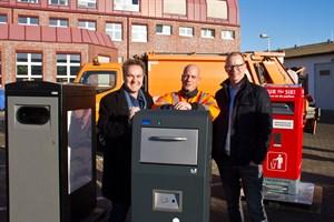 Holger Mattäus, René Weilandt und Henning Möbius mit den verschiedenen Solarpapierkorbmodellen, die in den nächsten Monaten in Rostock und Warnemünde getestet werden.