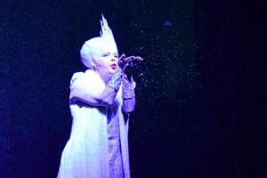 Juschka Spitzer als Schneekönigin im Volkstheater Rostock (Foto: Dorit Gätjen)