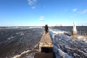 Nur die Mauer der Warnemünder Westmole ragte noch aus dem Hochwasser