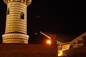 Mondfinsternis am 21. Januar 2019 in Rostock-Warnemünde: Blutmond zwischen Leuchtturm und Teepott