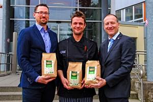 Jürgen Meyer, Felix Viergutz und Steffen Vollrath mit dem BIO-Fairtrade-Kaffee (von links, Foto: Klinikum Südstadt Rostock)