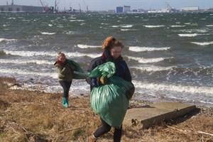 Judith Günther und Greta Winkler beim Müllsammeln am Ostufer des Breitlings