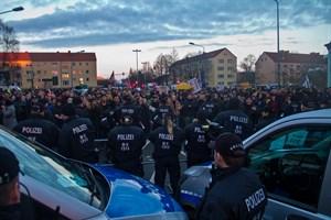 Mit 600 Kräften war die Polizei im Einsatz, um u.a. die Demonstranten beider Lager voneinander zu trennen.