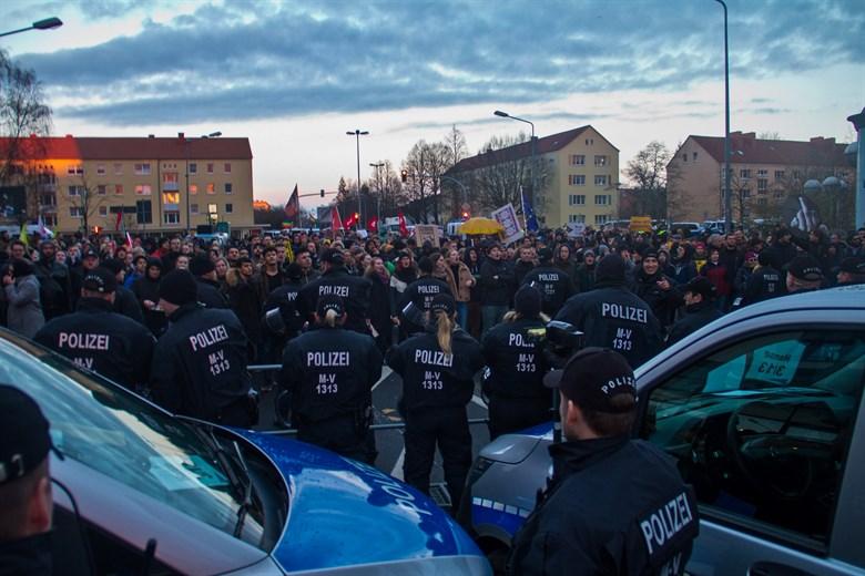 AfD-Demo gegen Moscheebau und Gegendemo in Reutershagen