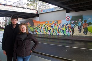 Christopher Wiese und Dunja Krachenfels vor dem Graffiti in der Parkstraße