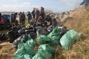 Trotz stürmischen Wetters hatten sich Helfer zum Müllsammeln zusammengefunden.