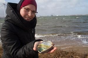 Rebecca Kain zeigt ein besonders kursioses Fundstück: eine Fischdose von 1988