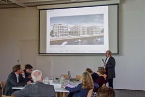 Der Planungs- und Gestaltungsbeirat im Gespräch mit Architekt Lütkemeyer in der Kunsthalle Rostock