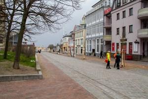 """Bäume, Bänke und viel Platz für Fußgänger in der neu gestalteten Straße  """"Am Leuchtturm"""" in Warnemünde"""