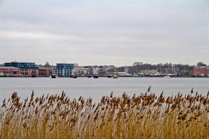 Blick auf das Baugelände am Werftdreieck vom gegenüberliegenden Warnowufer