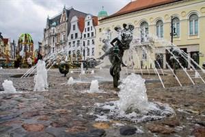 """Der sprudelnde """"Brunnen der Lebensfreude"""" eröffnete heute am Universitätsplatz offiziell die Brunnensaison 2019 in Rostock"""