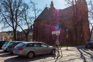 Auf bewirtschafteten öffentlich gewidmeten Parkplätzen, wie auf dem Kirchenplatz in Warnemünde, parken Elektro-Autos künftig kostenlos