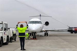 Landung der ersten Lufthansa-Maschine aus München am Flughafen Rostock-Laage und mit Begrüßung mit Wasserbogen (Foto: Angelika Heim)
