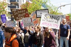 Schüler demonstrieren für eine konsequente Klimapolitik.