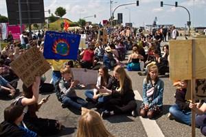 Sitzblockade beim Klimastreik Fridays for Future in Rostock