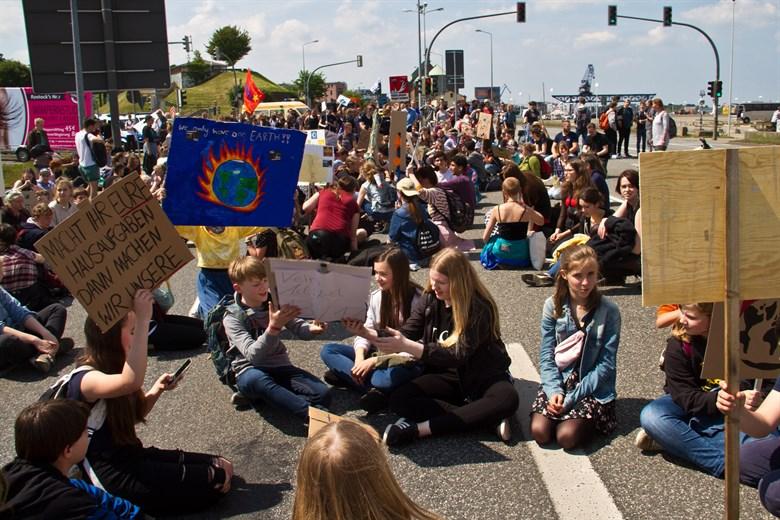 Fridays For Future-Demo blockiert die L22