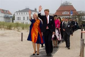 Manuela Schwesig - in königlich-niederländischen Farben gekleidet - begleitet König Willem-Alexander und seine Frau Máxima an den Warnemünder Strand. Neben der Königin: IOW-Direktor Ulrich Bathmann.