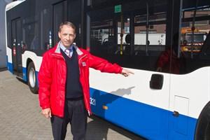 Michael Reitz zeigt auf den radarbasierten Abbiegeassistenten, der bei RSAG-Busses zum Einsatz kommt
