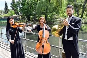 Die Musiker Hui-Tzu Lee (v.li.), Kristina Hübner und José António de Abreu von der Norddeutschen Philharmonie stimmten auf die Klassik-Nacht ein. (Foto: Zoo Rostock/Joachim Kloock)