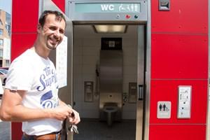 Axel Pohl (Amt für Umweltschutz) bei der Eröffnung einer neuen WC-Anlage im Stadthafen