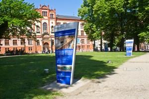 Blaue Informationsstelen auf dem Universitätsplatz