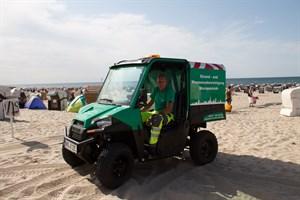 Auch am Nachmittag ist die Rostocker Gehwegreinigung am Warnemünder Strand im Einsatz