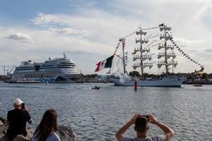 """Mit Salutschüssen verabschiedete sich das mexikanische Segelschulschiff """"Cuauhtemoc"""" von der Hanse Sail 2019 aus Rostock-Warnemünde"""