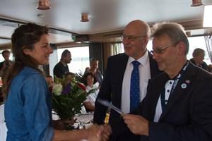 Frank Elsner und Roland Methling begrüßen die Kapitänin der Nordlys Anne Flore Gannat (v.r.n.l.)