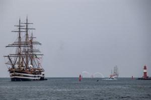 """Das Segelschulschiff """"Amerigo Vespucci"""" beim Einlaufen in Rostock-Warnemünde, im Hintergrund die """"Cuauhtemoc"""""""