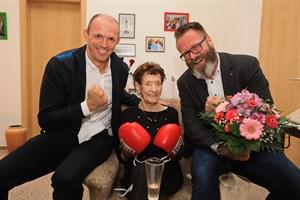 Boxprofi Jürgen Brähmer (links) und Oberbürgermeister Claus Ruhe Madsen mit Jubilarin Gertrud Blohm (Foto: Ove Arscholl)