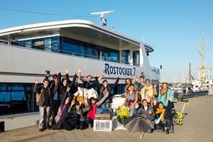 Der am Strand von Warnemünde gesammelte Müll wurde mit dem Fahrgastschiff zum zentralen Sammelpunkt in den Stadthafen gebracht