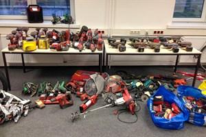 Werkzeuge und Fahrräder im Wert von ca. 25.000,- Euro sichergestellt (Foto: Bundespolizeiinspektion Rostock)