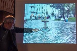 Wolfgang Friedrich erläutert seinen Brunnen-Entwurf für den Kirchenplatz Warnemünde - die endgültige Position wäre etwas weiter in Richtung Mühlenstraße