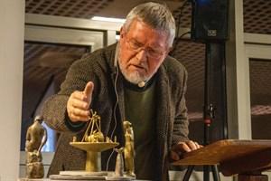 Bildhauer Wolfgang Friedrich präsentiert seinen Entwurf für einen Brunnen auf dem Kirchenplatz Warnemünde