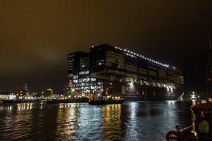 """Das Mittschiff der """"Global Dream"""" wird von Warnemünde nach Wismar verholt"""