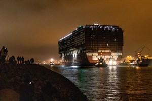 """Viele Schaulustige verfolgten das Ausdocken und Schleppen vom Mittschiff der """"Global Dream"""" in Warnemünde"""