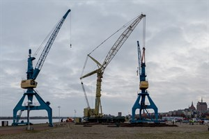 Der östliche Hafenkran im Stadthafen Rostock wurde heute wenige Meter versetzt