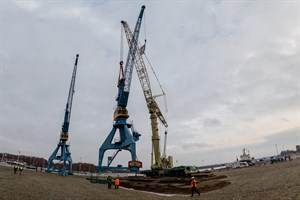 Ein 500-Tonnen-Kran hievte den Hafenkran an seinen neuen Standort