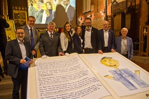 Das Rostocker Riesenbuch misst aufgeklappt 1,80 x 2,40 Meter