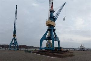 Geschafft: Der blaue Portalkran steht auf dem Fundament an seinem neuen temporären Standort
