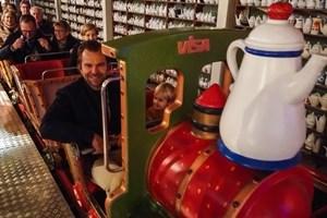 Karls-Chef Robert Dahl im Kaffeekannen-Express, der neuen Indoor-Achterbahn
