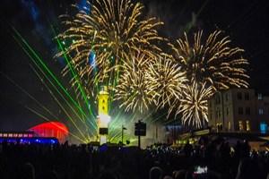 Am 1. Januar 2020 gibt es die 21. Neujahrsinszenierung des Warnemünder Turmleuchtens mit Feuerwerk, Lasershow und Livemusik (Foto: Archiv)