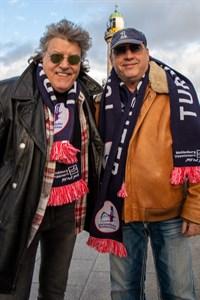 """Dieter """"Quaster"""" Hertrampf (links) und Jürgen Matkowitz wollen beim Warnemünder Turmleuchten am 1. Januar 2020 zusammen mit Dietmar Ränker und Sänger Rollo den Song """"Mein Leuchtturm"""" präsentieren"""