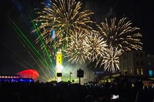 Am 1. Januar 2020 wird die 21. Neujahrsinszenierung des Warnemünder Turmleuchtens mit Feuerwerk, Lasershow und Livemusik gefeiert (Foto: Archiv)