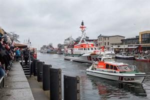 """Im Tochterboot des Seenotkreuzers """"Arkona"""" drehte der Weihnachtsmann seine Runden auf dem Alten Strom in Warnemünde"""