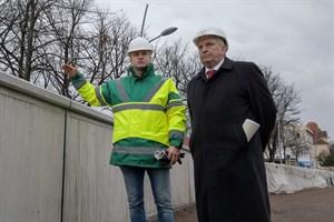 StALU-Projektleiter Ronny Schmidt (l.) erläutert die Modulbauweise für die neue Sturmflutschutzwand in Warnemünde